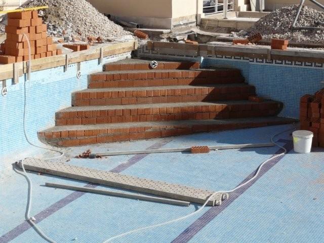 Reparaci n de piscinas comunitarias rehabilitaci n de for Escaleras para piscinas de obra